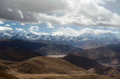 View of Mount Everest (far left) from the Tibetan Plateau by melanie_ko/Flickr/CC BY